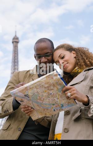 African paar Blick auf Karte Stockbild