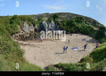 Gulpiyuri Beach, ein inländisches Strand an der Küste 100 m entfernt von Meerwasser durch Erosion Kanäle in Kalkstein, Schiffe, Asturien fließt, Spai Stockbild