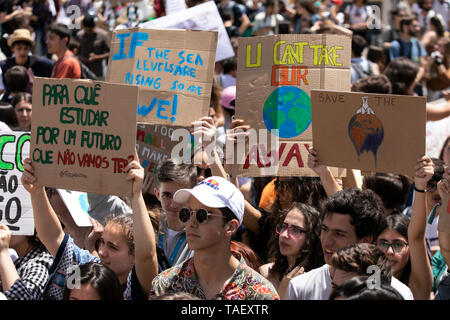 """Studenten werden gesehen, Plakate vor dem portugiesischen Parlament, während des Protestes. Tausende von portugiesischen Studenten Verband der internationalen Bewegung """"Freitags für Zukunft"""" in Lissabon gegen die Klimaproblematik zu protestieren. Dieser Streik zielt darauf aufmerksam die politischen Führer der Welt auf die Schwere der Klimaproblematik. Stockbild"""