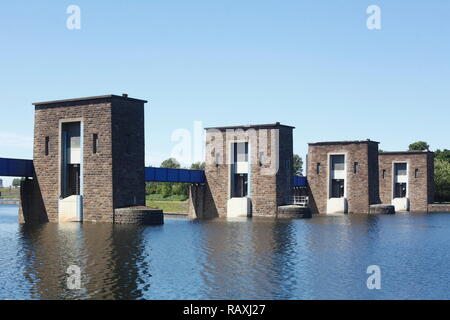 Ruhr Damm an der Ruhrschleuse, Duisburg, Nordrhein-Westfalen, Deutschland Ich Ruhr-Stauanlage an der Ruhrschleuse, Duisburg, Nordrhein-Westfalen, Deutschl Stockbild