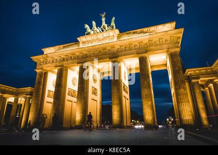 Brandenburger Tor bei Dämmerung, beleuchtet, Pariser Platz, Berlin-Mitte, Berlin, Berlin, Deutschland Stockbild