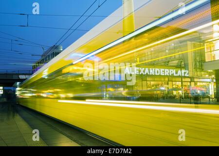 Nacht Blick von der Straßenbahn am Alexanderplatz in Mitte Berlin Deutschland Stockbild