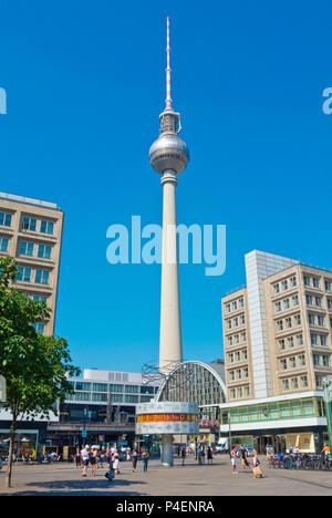 Fernsehturm, Fernsehturm und der Weltzeituhr, Alexanderplatz, Berlin, Deutschland Stockbild