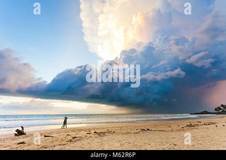 Induruwa Beach, Sri Lanka, Asien - herrliche Landschaft und Himmel bei Sonnenuntergang am Strand von Induruwa Stockbild