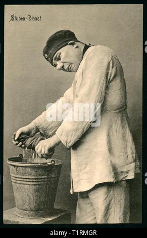 Deutschland, Berlin, WK I, Baracke Zimmerservice, Soldat mit einem floorcloth, Karikatur, Postkarte, geschickt 01. 06. 1915. , Additional-Rights - Clearance-Info - Not-Available Stockbild