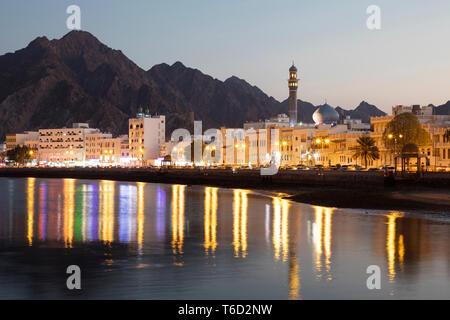 Naher Osten, Oman, Muscat. Die Muttrah Corniche in der Nacht Stockbild
