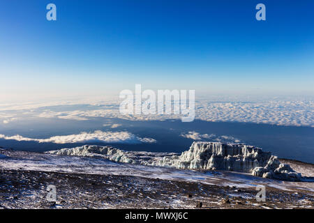 Gipfel Blick und Zurückweichenden Gletscher auf dem Kilimandscharo, Kilimanjaro Nationalpark, UNESCO-Weltkulturerbe, Tansania, Ostafrika, Südafrika Stockbild