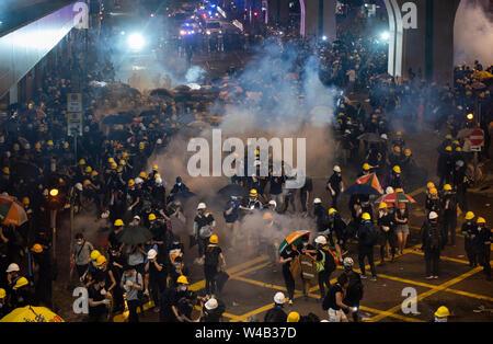 Tränengas kann während der Zusammenstöße zwischen Demonstranten und der Polizei nach der Teilnahme an einer anti-Auslieferung bill Großkundgebung gesehen werden. Stockbild