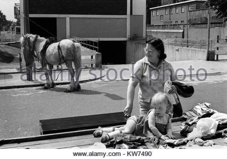 Notting Hill Gate. North End von der Portobello Road, Mutter Tochter Market Portobello Road Markt am Samstag 1970s Stockbild