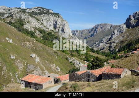 """Traditionelle Tierhaltung Scheunen oder """"ajadas', Invernales del Texu, Rio Duje Tal, in der Nähe von Sotres, Picos de Europa, Asturien, Spanien, August. Stockbild"""