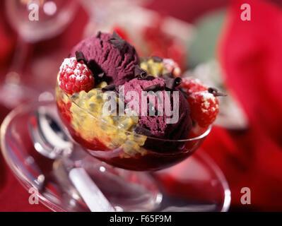 Gericht aus schwarzen Johannisbeeren Eis mit Passionsfrucht Stockbild