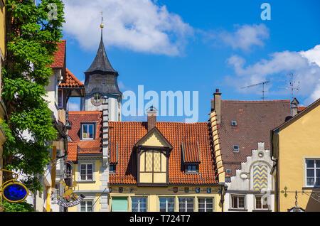 Historischen Dächern und Turm des Münsters Unserer Lieben Frau in der Altstadt von Lindau, Bayern, Deutschland, Europa. Stockbild