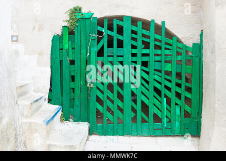 Leuca, Apulien, Italien - Eine alte Handarbeit grün Falten Tor in eine Festung Stockbild
