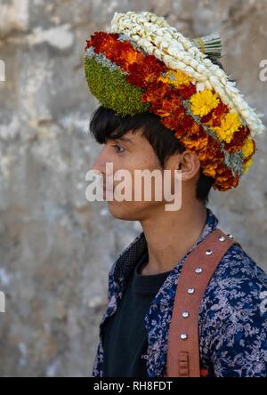 Porträt einer Blume jungen Mann mit einem floralen Krone auf dem Kopf, Provinz Jizan Addayer, Saudi-Arabien Stockbild
