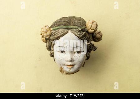 Detail eines alten beschädigt Porzellan chinesische Puppenkopf. Stockbild