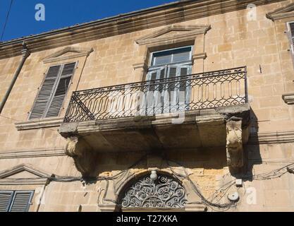Das Weglaufen von den wichtigsten touristischen Arterie, Ledras Street, bietet Touristen einen Blick auf interessante Bauten und architektonische Details, wie dieser Balkon Stockbild
