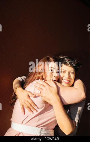 Zwei Freundinnen umarmen. Stockbild