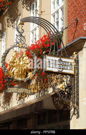 Alte Taverne Zeichen des Restaurant Stuhlmacher am Prinzipalmarkt, Münster in Westfalen, Nordrhein-Westfalen, Deutschland Ich Altes Wirtshausschild der G Stockbild