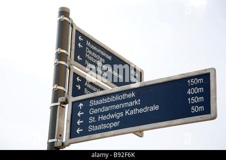 Strassenschild zeigt den Weg zum einige beliebte Reiseziele in Berlin Deutschland Stockbild