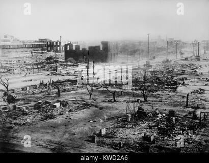Ausgebrannte Ruinen von Greenwood, der afrikanischen amerikanischen Sektion von Tulsa, Oklahoma, Juni 1921 (BSLOC Stockbild
