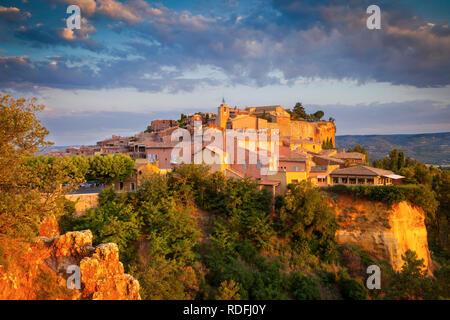 Sonnenaufgang über dem Hügel Dorf Roussillon im Luberon, Provence Frankreich Stockbild