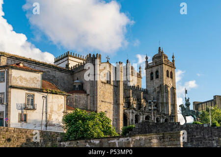 Die Kathedrale von Porto, Sé do Porto, Statue des Dom Pedro IV in Porto, Portugal Stockbild