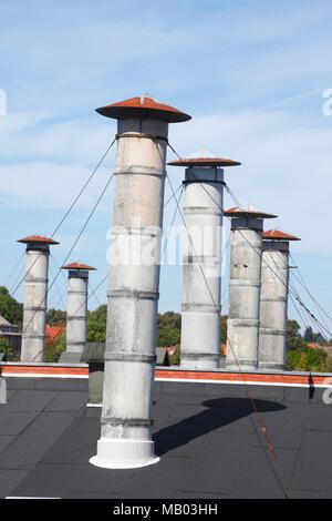 Runde Schornsteine auf einem ehemaligen Fabrikgebäude, Lüneburg, Niedersachsen, Deutschland, Europa ich runde Schornsteine in einem ehemaligen Fabrikgebäude, Lüne Stockbild