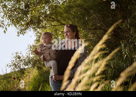 Mutter mit Sohn (18-23 Monate) Stockbild