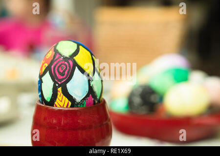 Detail bemalte Ostereier mit verschiedenen Formen und in den hellen Farben. Stockbild