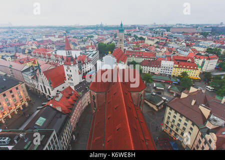 Schöne super Weitwinkel- sonnige Luftaufnahme von München, Bayern, Bayern, Deutschland mit Skyline und die Landschaft ausserhalb der Stadt, von der Höhe gesehen Stockbild