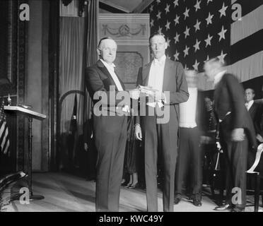 Präsident Calvin Coolidge präsentiert Charles Lindbergh mit Kongreßehrenmedaille. 07.11.1927. Lindbergh Stockbild