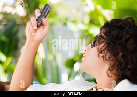Nahaufnahme von einem jungen Mann Textnachrichten Stockbild