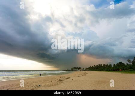 Induruwa Beach, Sri Lanka, Asien - Wetter Sturm bei Sonnenuntergang am Strand von Induruwa Stockbild