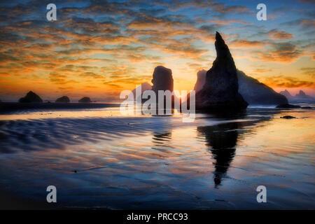 Sonnenuntergang am Strand von Bandon. Oregon Stockbild