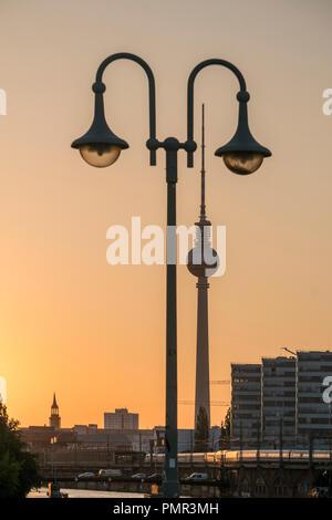 Schilling Brücke, Laterne, Alex, Fernsehturm, Spree, Tria Gebäude, Sonnenuntergang, Berlin Stockbild
