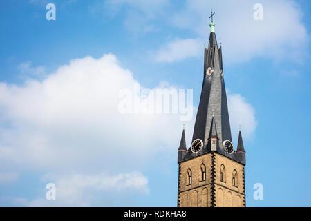 Detail der Turm der Kirche St. Lambertus in Düsseldorf, Deutschland. Stockbild