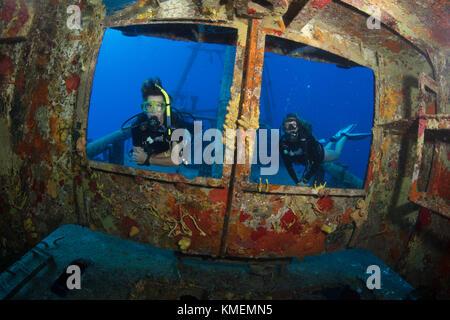 Taucher Peer über Windows auf der Brücke der USS Dreizehenmöwe Stockbild