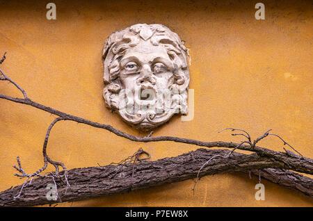 Fuggerei, Augsburg, Bayern, Deutschland - Klassische Mann Gesicht an der Wand. Stockbild