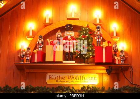 Holz- bunten Nussknacker, Weihnachtsdekoration bei Dämmerung, Bremen, Deutschland, Europa ich Bunter Nussknacker aus Holz, Weihnachtsdekoration bei Abenddämme Stockbild
