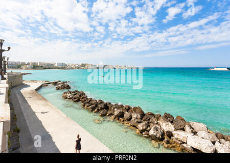 Otranto, Apulien, Italien - Wave Leistungsschalter am Kai von Otranto in Italien Stockbild
