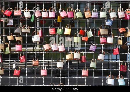 Bunte liebe Schlösser auf einer Brücke Geländer, Buxtehude, Niedersachsen, Deutschland, Europa ich Bunte Liebesschlösser ein einem Brückengeländer, Buxtehude, Niede Stockbild