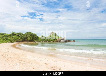 Balapitiya, Sri Lanka, Asien - eine schöne verlassene Bucht am Strand von Balapitiya Stockbild