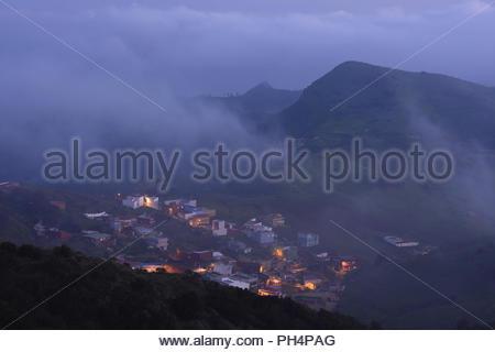Dorf Jardina, Häuser in der Dämmerung beleuchtet. Nebel im Anagagebirge im Nordosten von Teneriffa Kanarische Inseln Spanien bilden. Stockbild