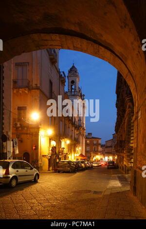 Torbogen Arco Divia Crociferi mit barocken Straße Via Crociferi bei Dämmerung, Catania, Sizilien, Italien, Europa ich Torbogen Arco Divia Crociferi mit Barockstra Stockbild