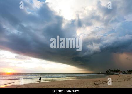 Induruwa Beach, Sri Lanka, Asien - Beeindruckende Atmosphäre Störungen bei Sonnenuntergang am Strand von Stockbild