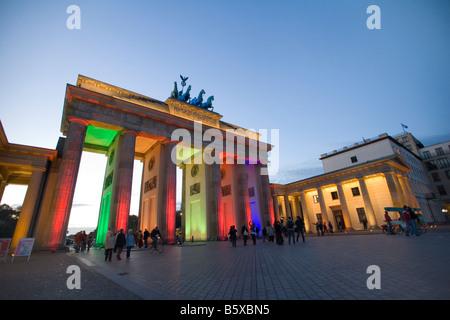 Berühmte Sehenswürdigkeit der Stadt Berlin das Brandenburger Tor mit bunten Beleuchtung während des Stockbild