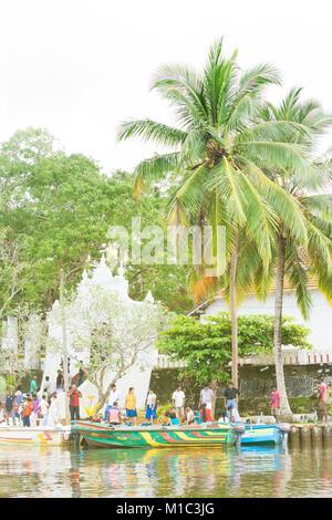 Madu Ganga, Balapitiya, Sri Lanka - Dezember 2015 - Mehrere Pilger im Tempel der Koddhuwa in Maduganga See, Asien Stockbild