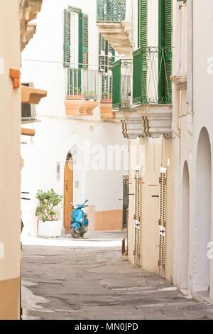 Gallipoli, Apulien, Italien - Schöne kleine Balkone in einem mittleren Alter Gasse Stockbild