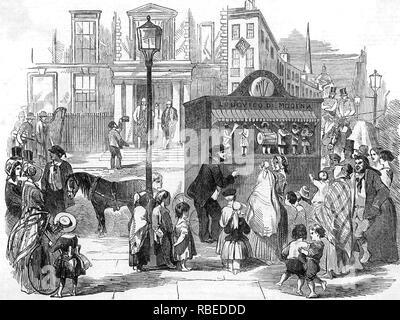 Die LONDON STREET SZENE ÜBER 1840 kontrastiert die Knechte lounging außerhalb der modischen Home im Hintergrund mit dem barfüßigen Kinder hören auf den tragbaren Orgel Stockbild