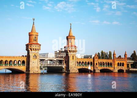 Oberbaumbrücke in Berlin, Deutschland an einem sonnigen Tag Stockbild